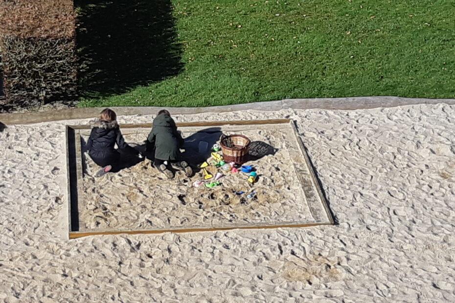 Thea og Tilde leger i sandkassen