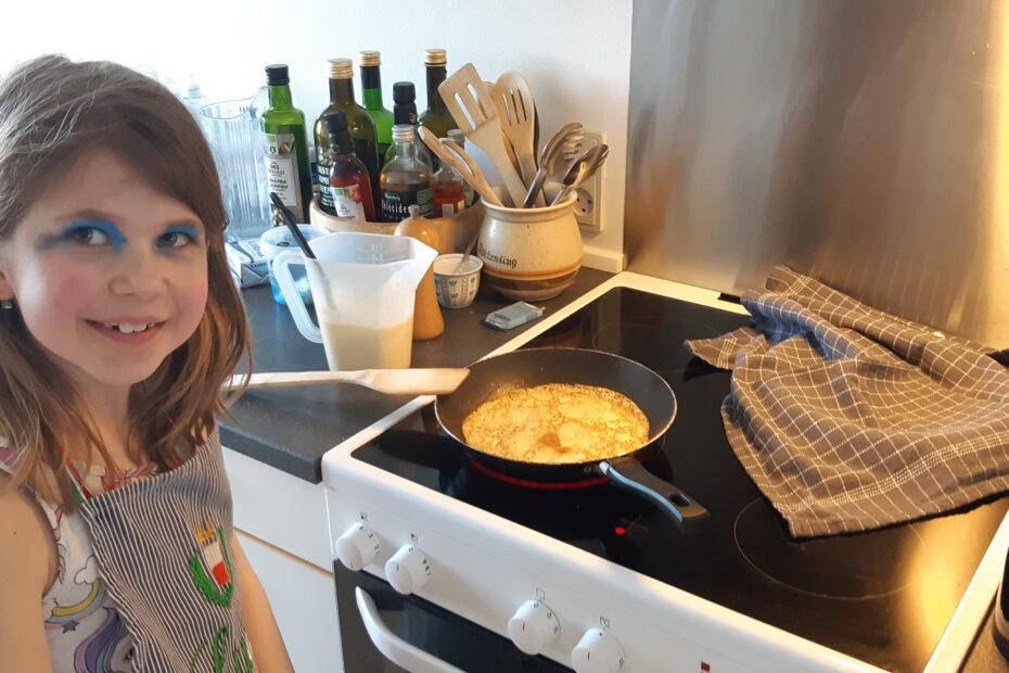 Tilde bager pandekager i hjemmeskolen